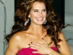 Hot celeb momma Brooke Shields shows off cleavage in long dress